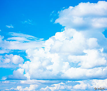 blue_sky_and_white_fluffy_clouds_186003